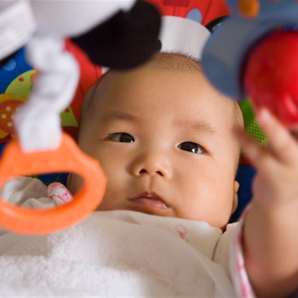Mua đồ chơi nhiều màu sắc cho bé phát triển khả năng nhìn, nắm tốt hơn