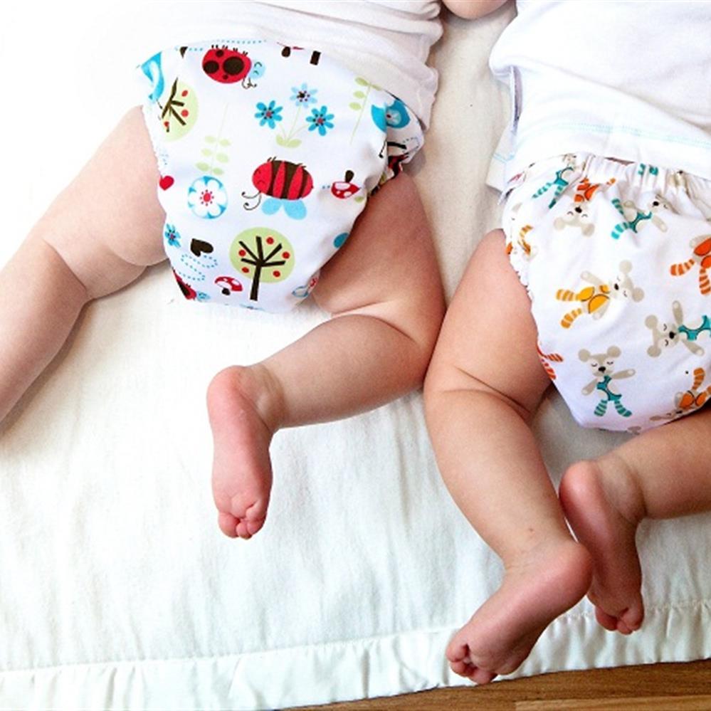 Mùa hè vào những ngày nhiệt độ cao, có thể chỉ mặc áo mỏng và đóng tã vải cho bé
