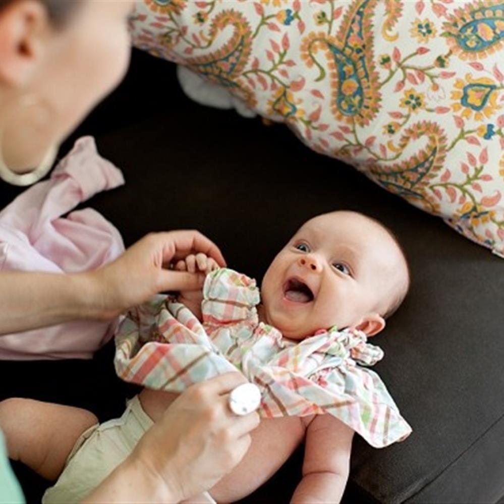 Mặc quần áo chất vải mát, thấm hút mồ hôi tốt cho bé khi lựa quần áo ra ngoài chơi